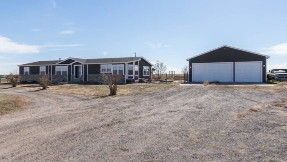 41666-e-104th-ave-bennett-co-large-001-5-driveway-1500x1000-72dpi